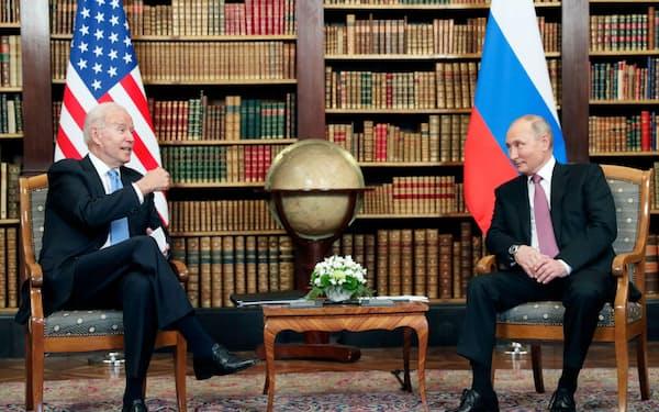 16日、ジュネーブで首脳会談に臨むバイデン米大統領(左)とロシアのプーチン大統領(ロイター=共同)