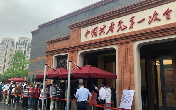 中国共産党第1回党大会記念館は平日でも長蛇の列ができている(6月17日、上海市)