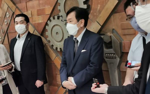 記者団の取材に答える立憲民主党の枝野代表(17日、東京都内)