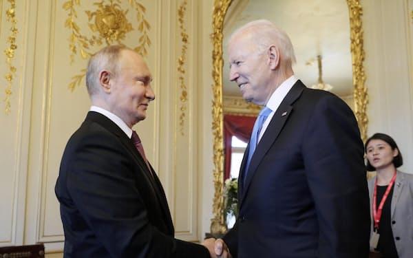 バイデン政権発足後初めての直接会談で握手するロシアのプーチン大統領(左)とバイデン米大統領(16日、ジュネーブ)=タス・共同