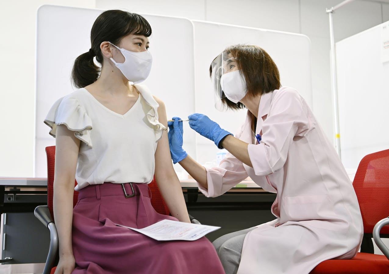 新型コロナウイルスワクチンの職場接種が始まり、羽田空港で接種を受ける日本航空の客室乗務員=14日正午ごろ=共同