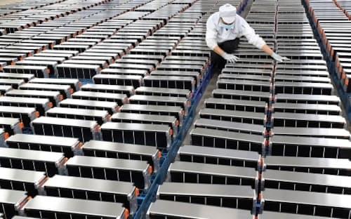 中国、南京の圖為欣旺達電動汽車電池有限公司の工場で自動車用バッテリーの検査をする作業員。同社は、電気自動車などに使われるリチウムバッテリーを製造している。(Photograph via AFP/Getty)