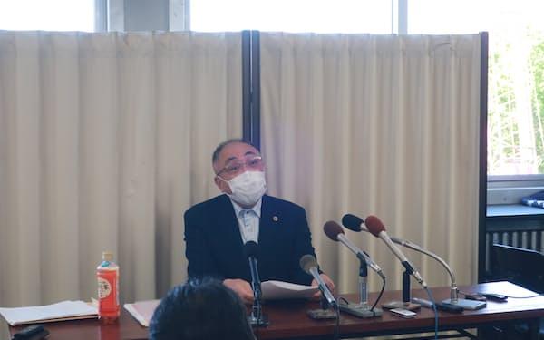 旭川医大の吉田学長が辞表を提出したことについて会見する代理人弁護士(17日、北海道旭川市)