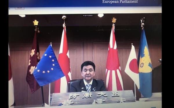 欧州議会でオンライン講演する岸防衛相(17日)
