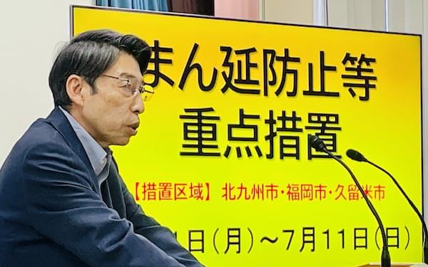 記者会見する、福岡県の服部知事(17日、県庁)