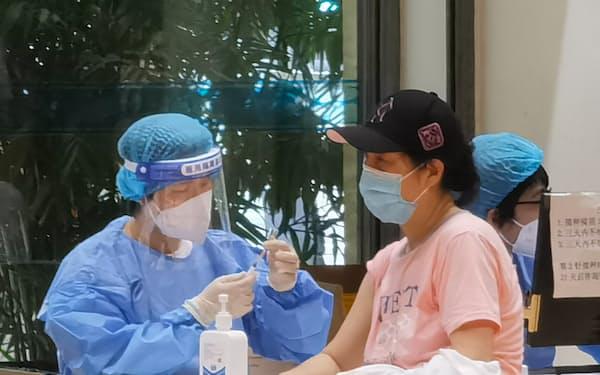 中国で新型コロナワクチンを接種する人々(16日、遼寧省大連市)