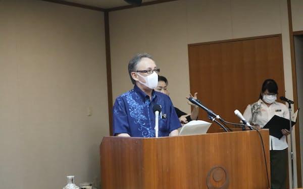 記者会見する沖縄県の玉城知事(17日、那覇市)