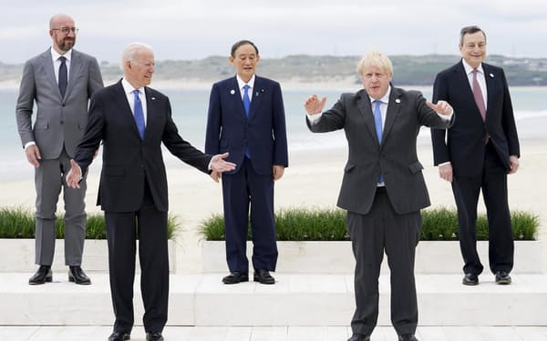 G7サミットで記念写真に納まる菅首相(中央)ら。前列左はバイデン米大統領(11日、英コーンウォール)=AP