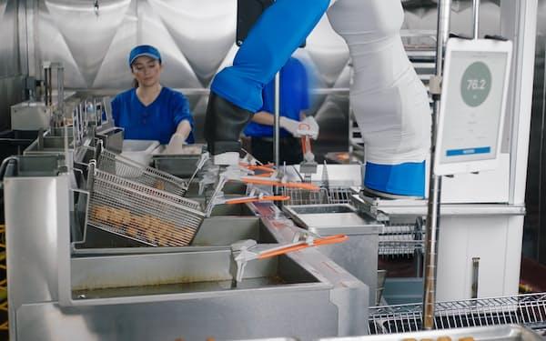 揚げ物の調理を自動化する米ミソ・ロボティクスの「フリッピー」(同社提供)