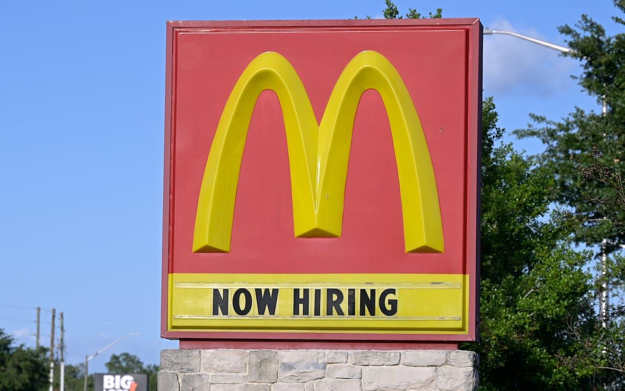 マクドナルドは人手不足で看板を「求人」に活用(米フロリダ州)=AP