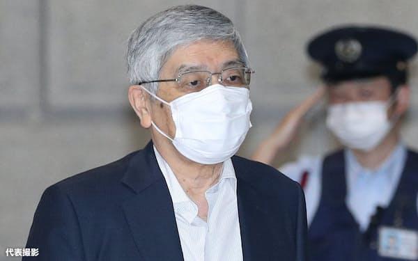 金融政策決定会合に出席するため、日銀本店に入る黒田総裁(18日午前)=代表撮影