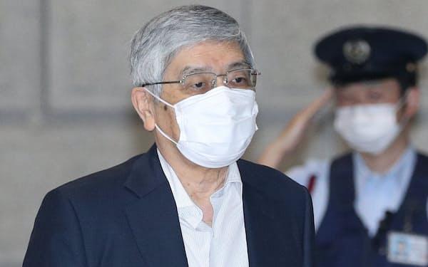 金融政策決定会合に出席するため、日銀本店に入る黒田東彦総裁(18日午前)=代表撮影