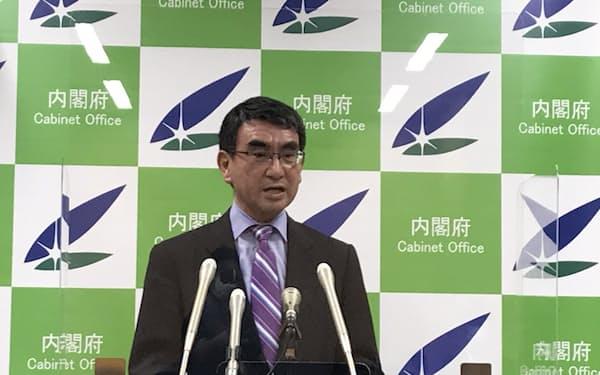 閣議後の記者会見に臨む河野規制改革相(6月18日)