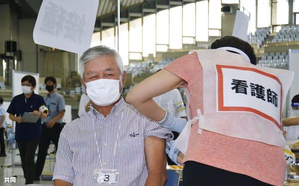 沖縄県広域ワクチン接種センターで、ワクチンを接種される高齢者(15日午後、宜野湾市)=共同