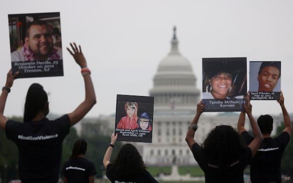 米国では銃撃事件が相次いでおり、規制を訴える集会も開かれている(4月、ワシントン)=ロイター