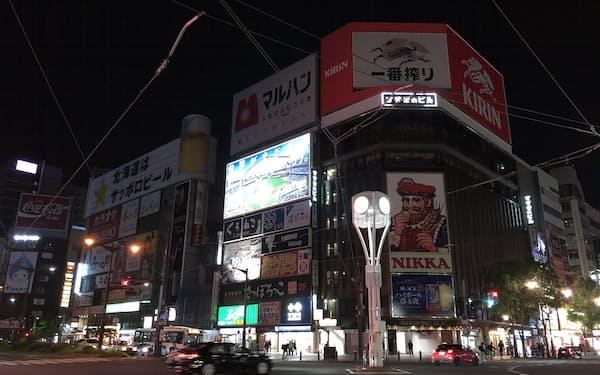 札幌市の繁華街すすきのはネオンが消えて薄暗い(9日夜)