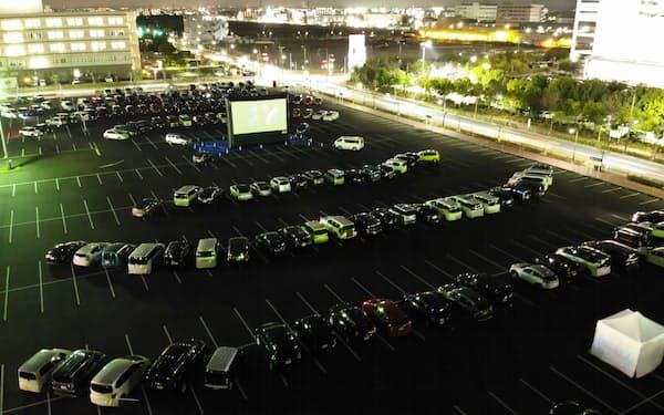 2月にイオンモールむさし村山で開いたドライブインシアターには約150台が来場した(東京都武蔵村山市)