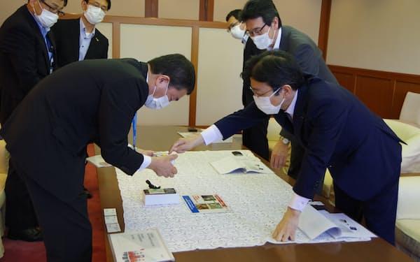 村井知事㊧に製品を説明する橋本社長(18日、宮城県庁)
