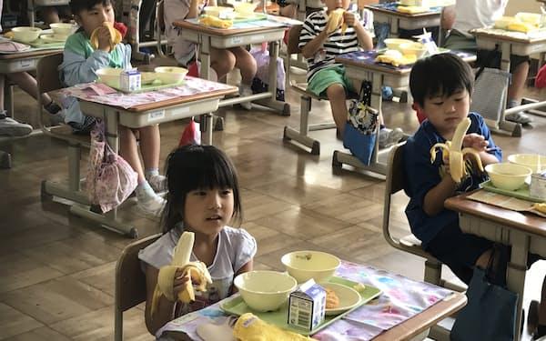 台湾から寄贈されたバナナを給食で提供した(18日、笠間市立宍戸小学校)