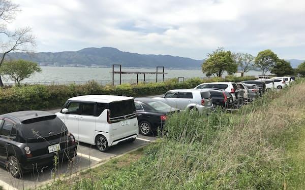 琵琶湖岸緑地の駐車場の閉鎖を21日に解除する(滋賀県草津市、閉鎖前の4月に撮影)