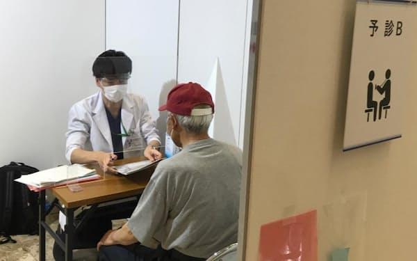 医療人材マッチングに協力した医師が予診にあたる加茂市の接種会場(18日)
