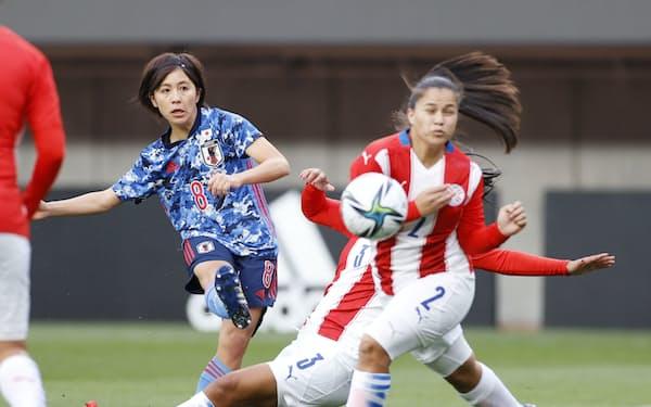 東京五輪に出場する「なでしこジャパン」のメンバーに選出された岩渕(左)=共同