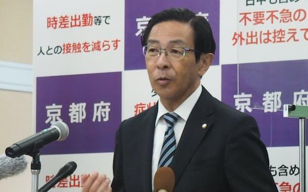 記者会見する西脇隆俊知事(18日、京都府庁)