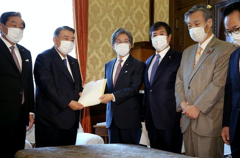 衆院の大島議長(左から2人目)に内閣不信任決議案を提出する野党の国対委員長ら(15日午前、国会内)