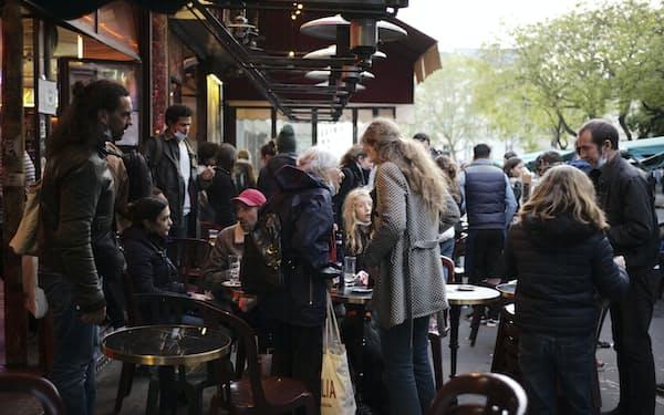 欧米ではカフェの営業再開が増えている(パリのカフェ)=AP