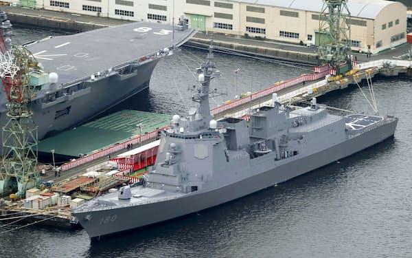 停泊する海上自衛隊のイージス艦「はぐろ」=19日午前9時45分、横浜市磯子区(共同通信社ヘリから)