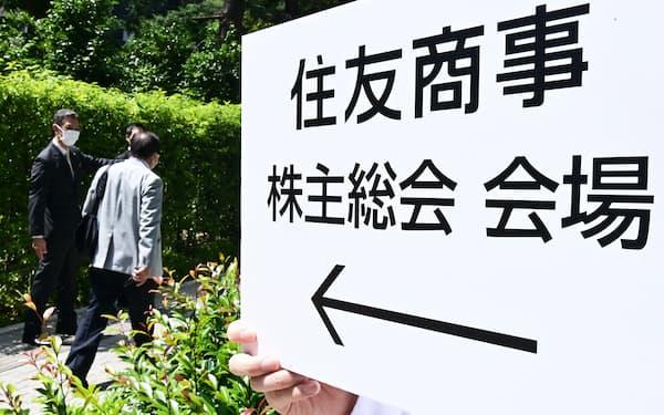住友商事の株主総会に向かう株主ら(18日午前、東京都港区)