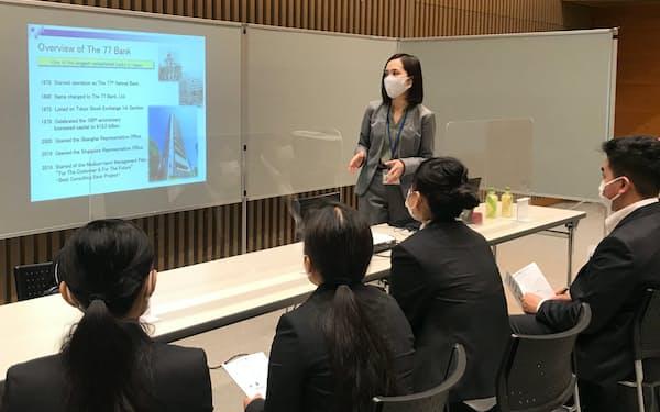 外国人材のマッチング説明会に参加した七十七銀行(17日、仙台市)