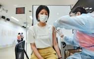 医療系学部がある大学では教員が打ち手となって学生への先行接種を始めている(16日、京都市の京都橘大学)