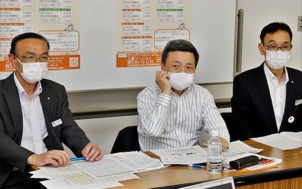 三陸鉄道の取締役会後に記者会見し、2021年3月期決算などについて、報道陣の質問に答える中村一郎社長(18日、盛岡市)