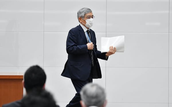 記者会見を終え、会場を後にする日銀の黒田東彦総裁(18日、日銀本店)