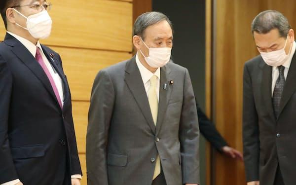 臨時閣議に臨む菅首相(18日、首相官邸)