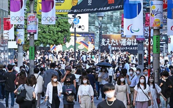 繁華街をマスク姿で行き交う人たち(17日、東京・渋谷)
