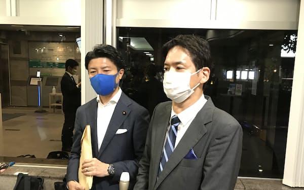 横浜市長選に出馬する意向を明らかにした山中氏㊨(18日、横浜市)