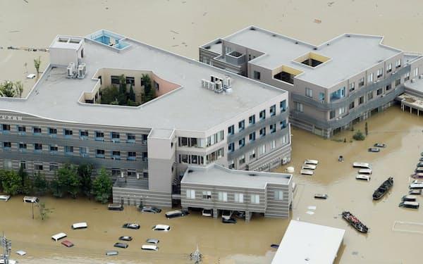 西日本豪雨で浸水した岡山県倉敷市の「まび記念病院」(2018年7月8日)=共同