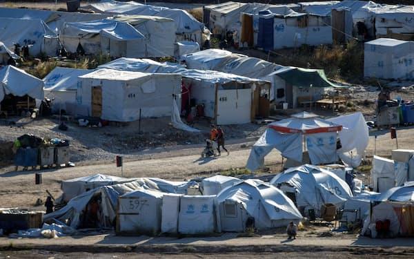 住居を追われた人は世界で約300万人増えた(6日、ギリシャの難民キャンプ)=ロイター