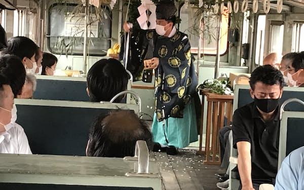 キハ222気動車の車内で神事が催された(茨城県ひたちなか市の阿字ケ浦駅、19日)