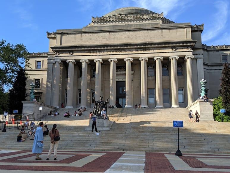 コロンビア大のキャンパスでは卒業式を終えた学生たちが語り合う姿もみられた(ニューヨーク市)