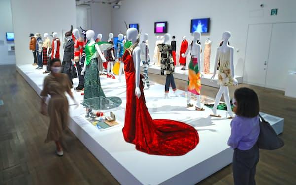 戦後から現在に至る日本のファッション史を社会現象とともに紹介