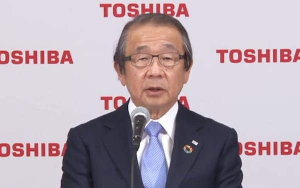 オンラインで記者会見する東芝の永山治取締役会議長(14日)