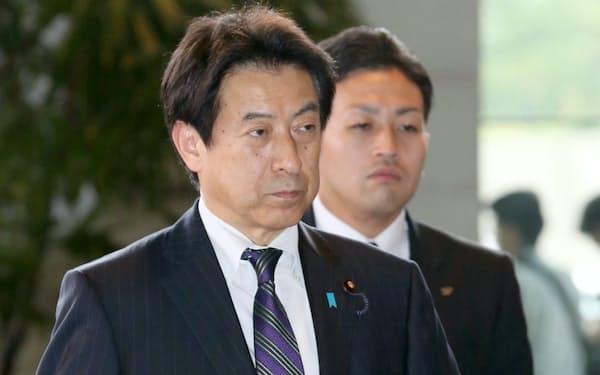 厚生労働相に決まり、首相官邸に入る塩崎恭久氏(2014年9月、首相官邸)