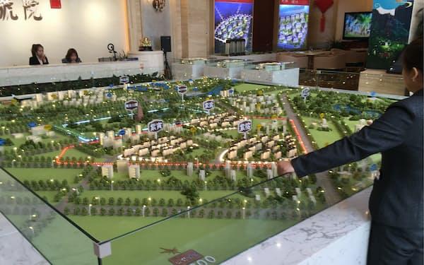 住宅展示場で新築マンションを説明する販売員(内モンゴル自治区オルドス市)