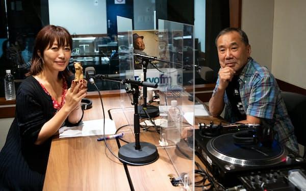 ラジオ番組「村上RADIO」でDJを務める村上春樹(右)と音楽家の坂本美雨=TOKYO FM提供