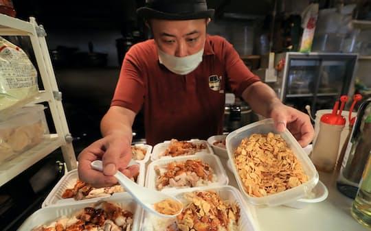 最後に、揚げたニンニクをたっぷりふりかけ「ガリガリカオマンガイ」のできあがり(東京・秋葉原のジャーニー×ジャーニー)