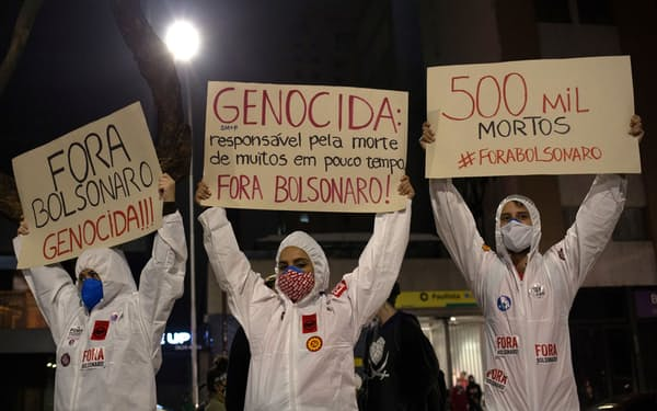 ボルソナロ大統領に抗議するデモに参加した人たち(サンパウロ、19日)=ロイター