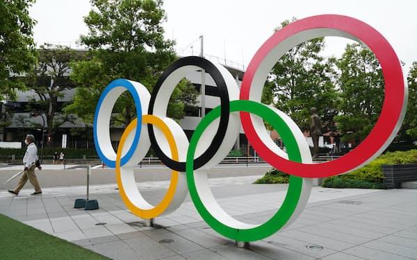 日本オリンピックミュージアム前にある五輪モニュメント(6月6日、東京都新宿区)